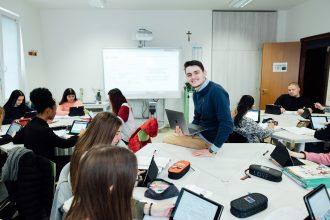 2_Davide Dal Maso mentre fa lezione in un Istituto professionale in provincia di Vicenza
