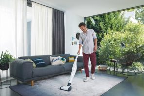 folletto_Lifestyle_VB100_livingroom_young man_cleaning_3929