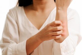 la-mano-delle-donne-graffia-il-prurito-sul-concetto-del-braccio-della-sanita-e-della-medicina_61573-1746